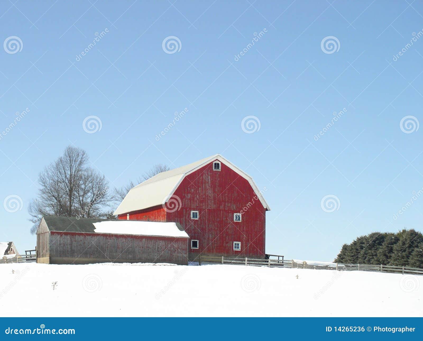 Granero rojo clásico en invierno