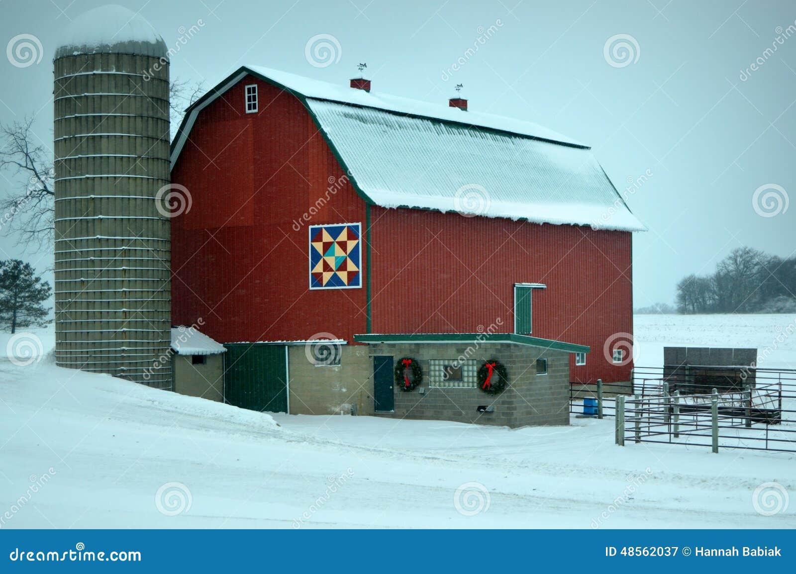 Granero rojo en invierno