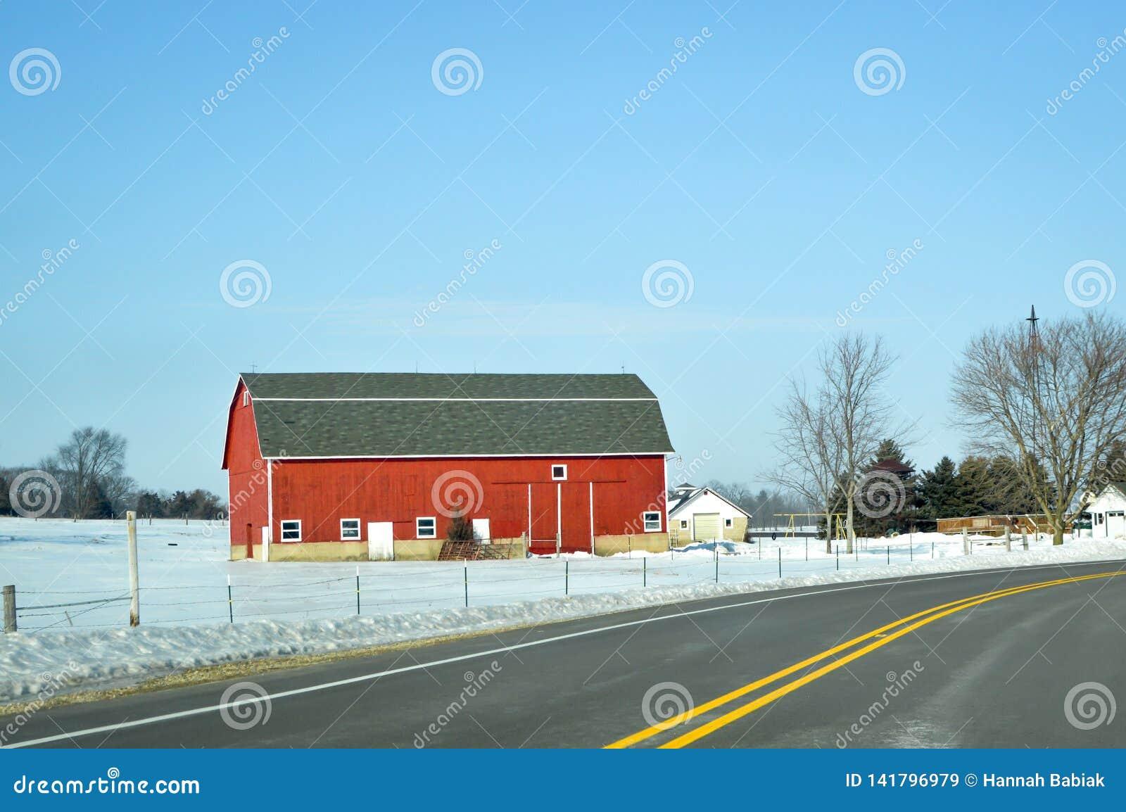 Granero rojo, invierno, carretera nacional