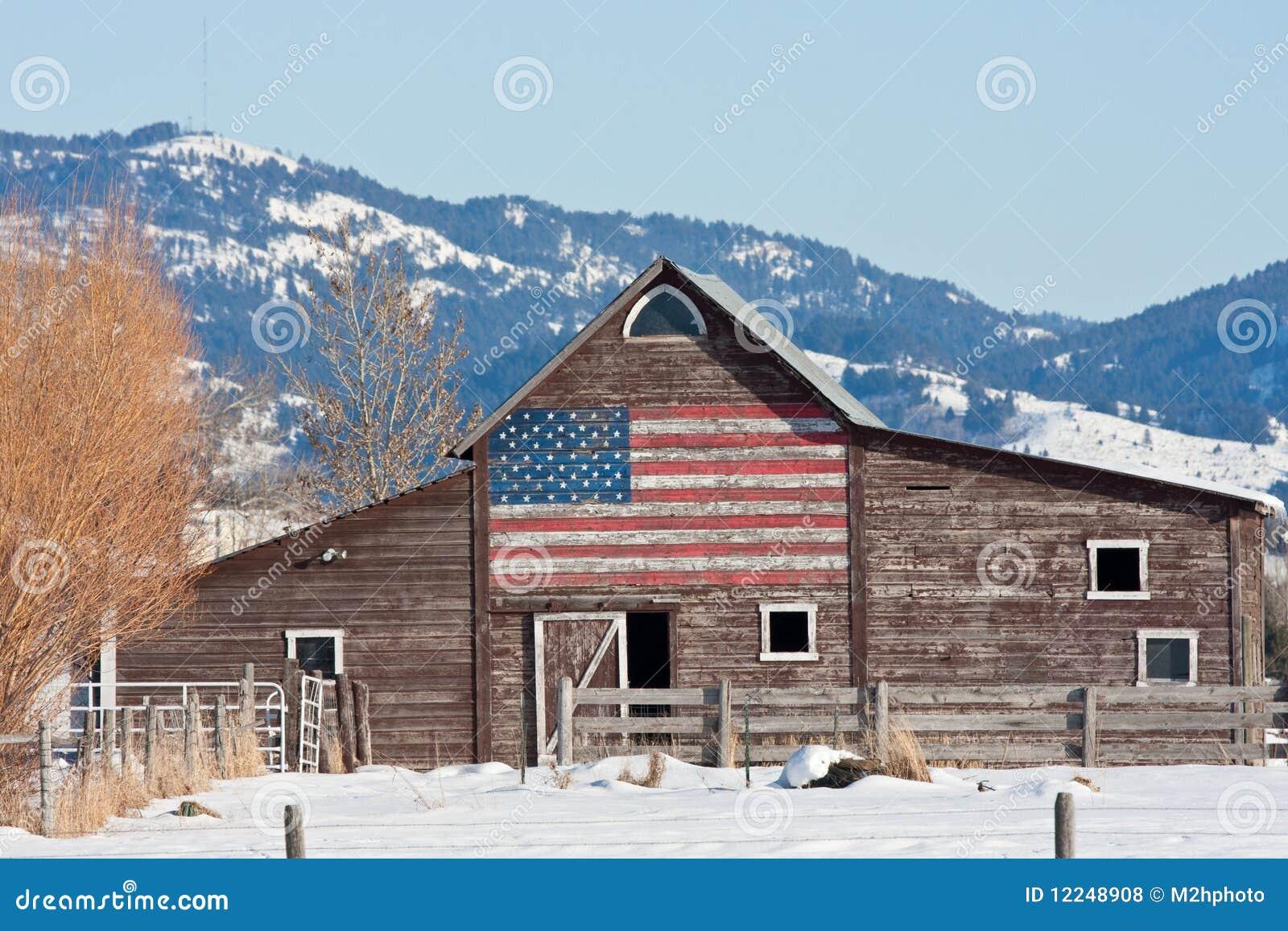 Granero viejo con el indicador americano