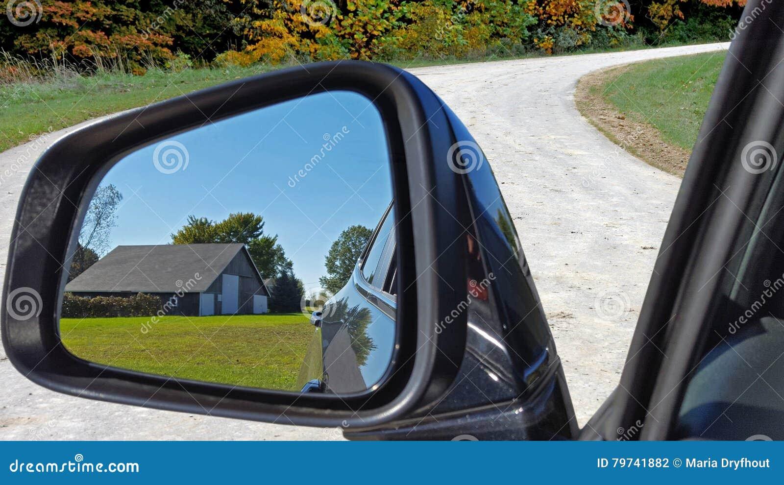 Granero viejo en espejo retrovisor