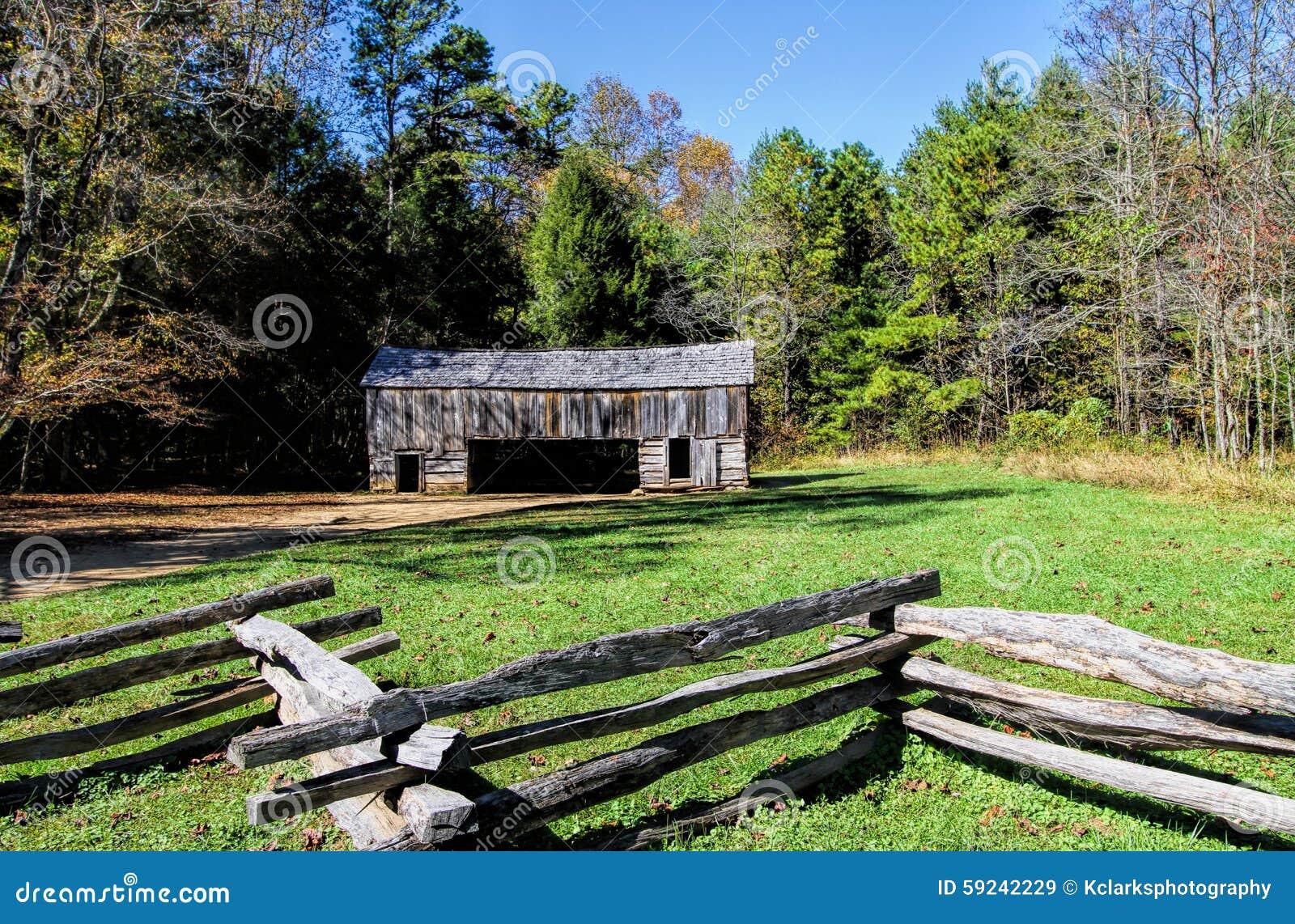 Granero voladizo histórico en la ensenada Tennessee de Cades