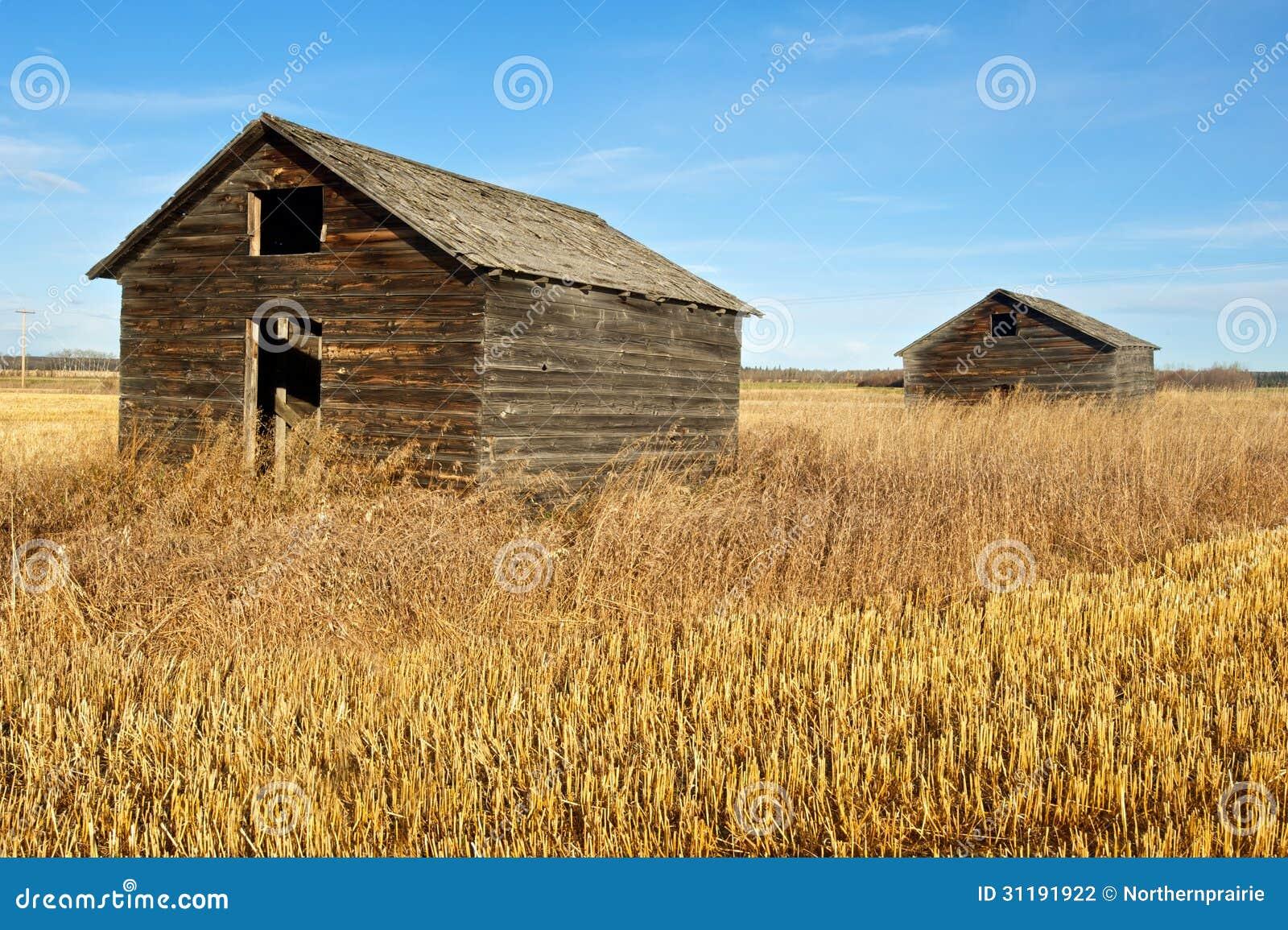 Graneros viejos abandonados en caída