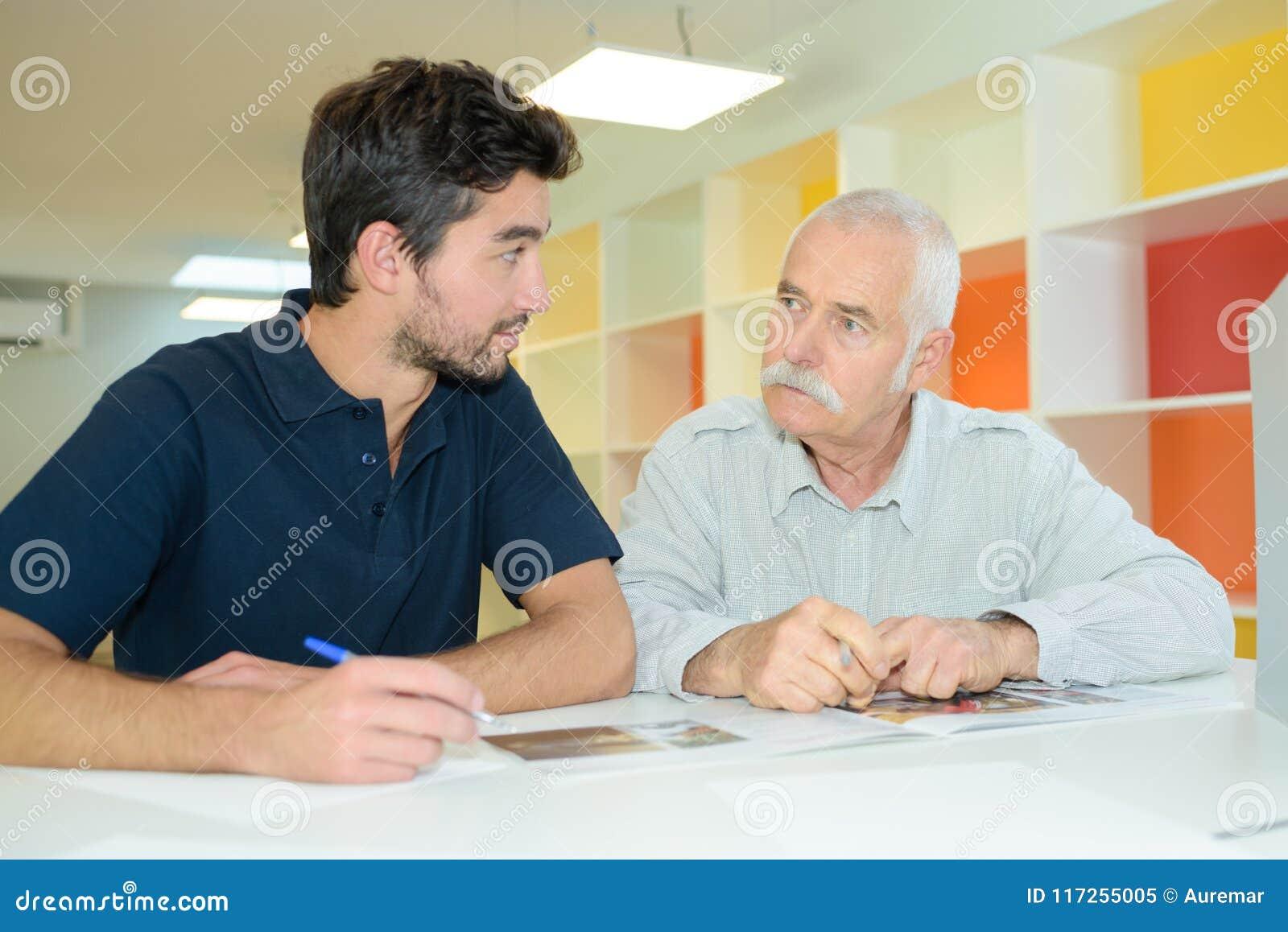 Granfather e filho do pai de Eldery que trabalham junto