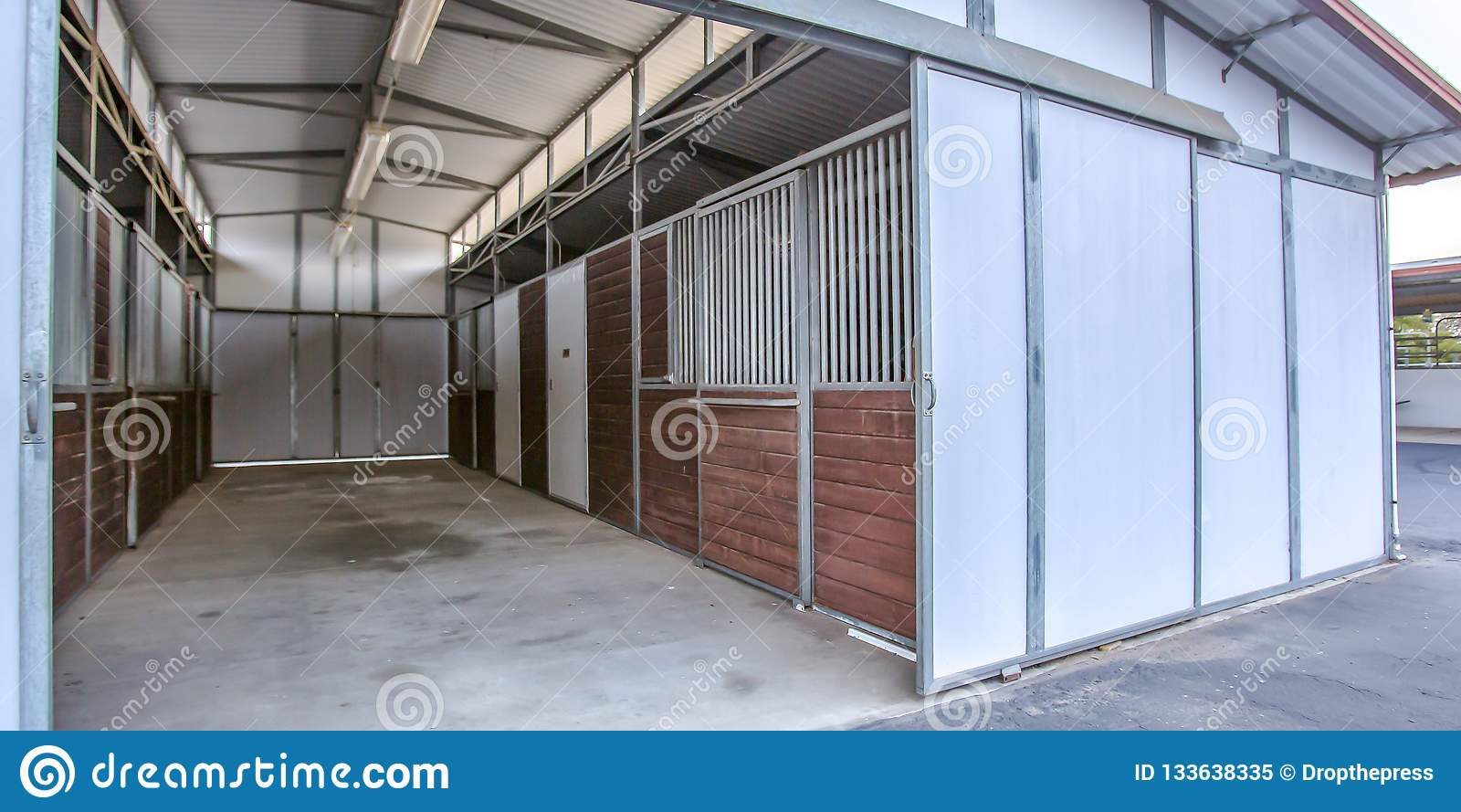 Porte Grange Coulissante Bois grange d'une maison avec les stalles et la grande porte