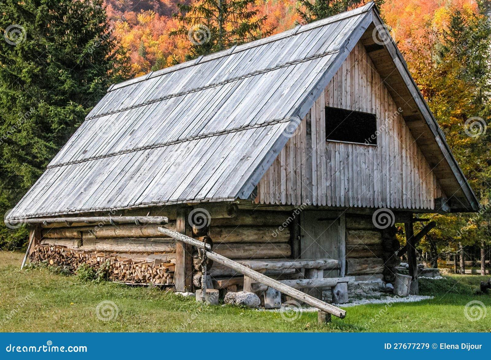 Grange en bois alpestre dans la for t images libres de for Grange bois en kit