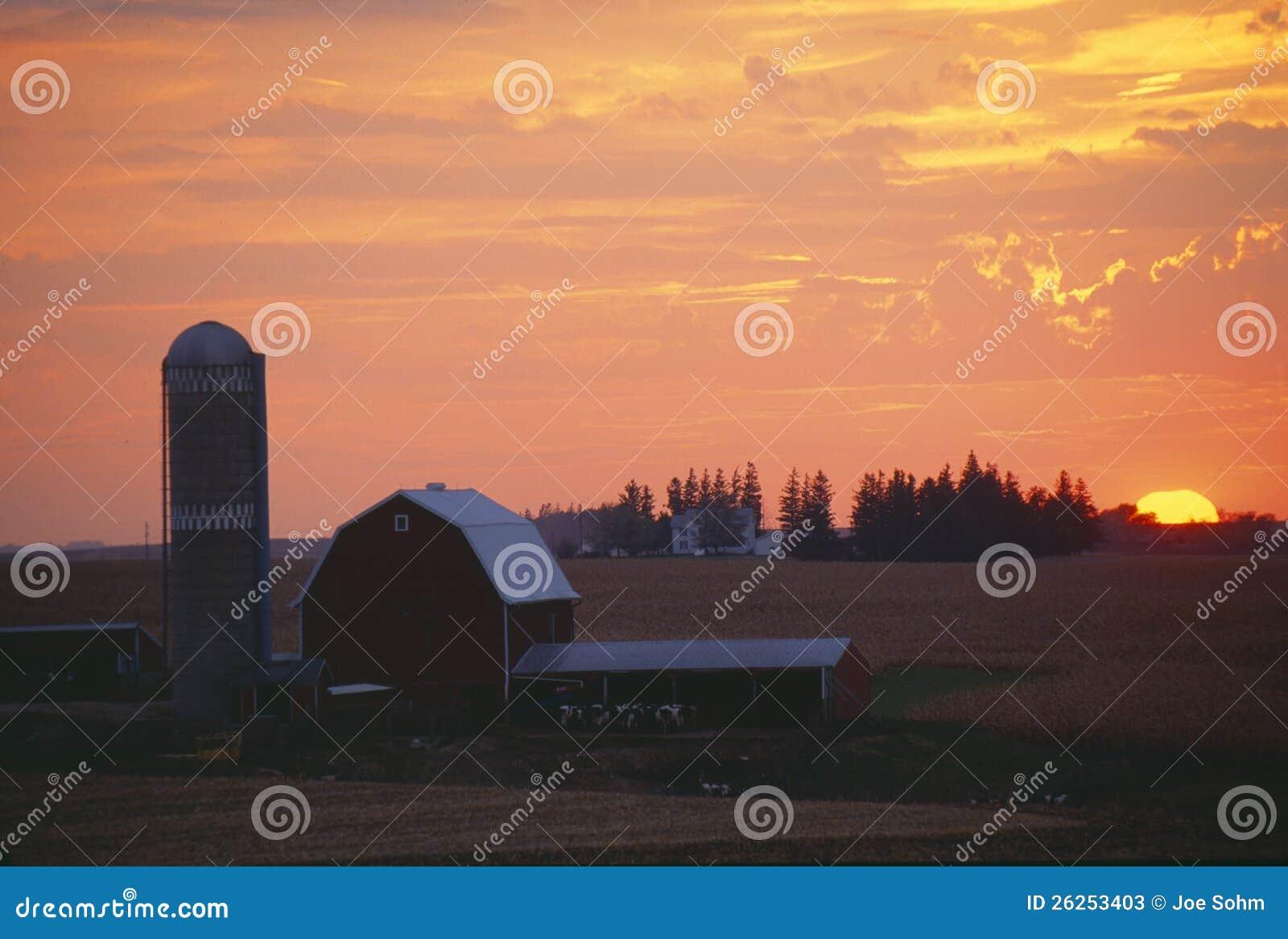 Grange et silo au coucher du soleil