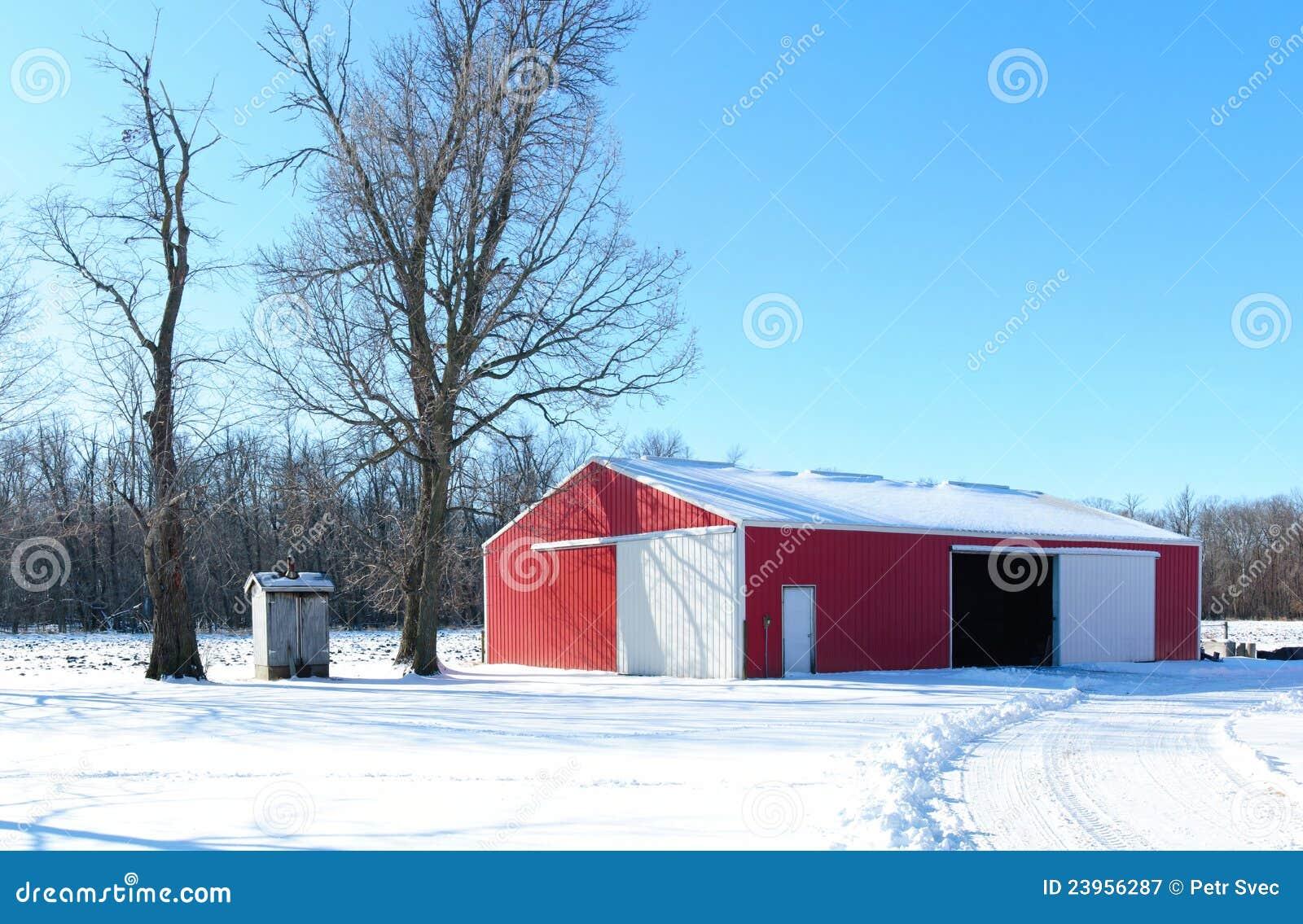 Grange rouge en hiver