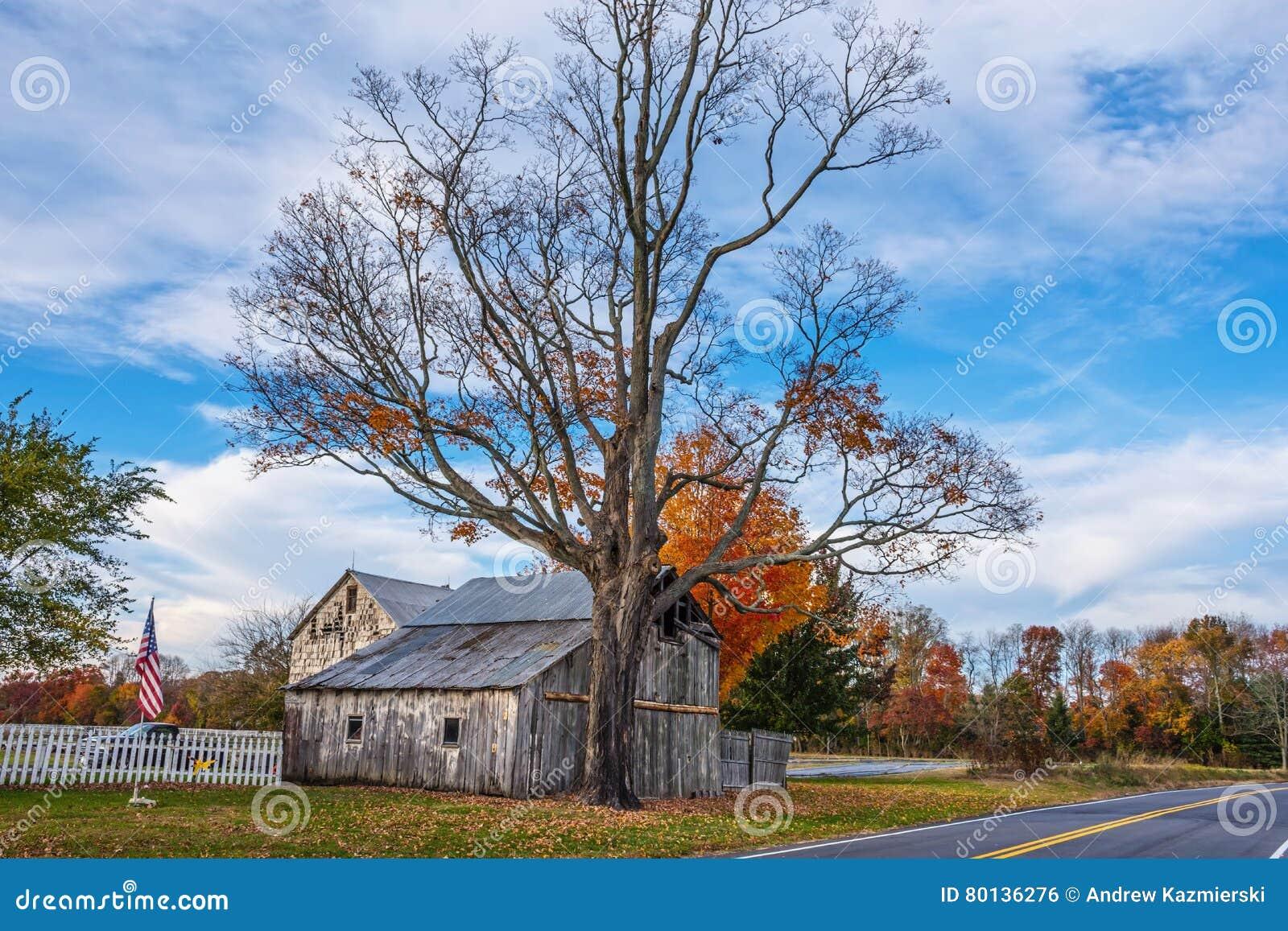 Grange rurale de bord de la route