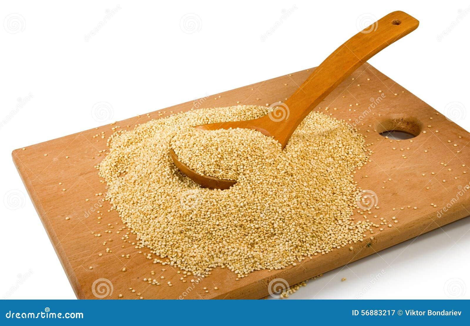 Grani della quinoa su un bordo di legno