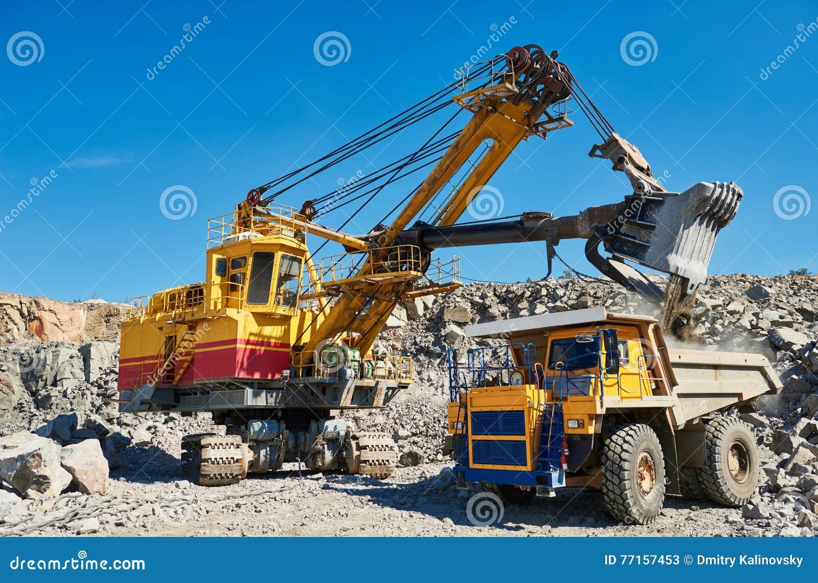 Granit ou minerai de chargement d excavatrice dans le camion à benne basculante à ciel ouvert