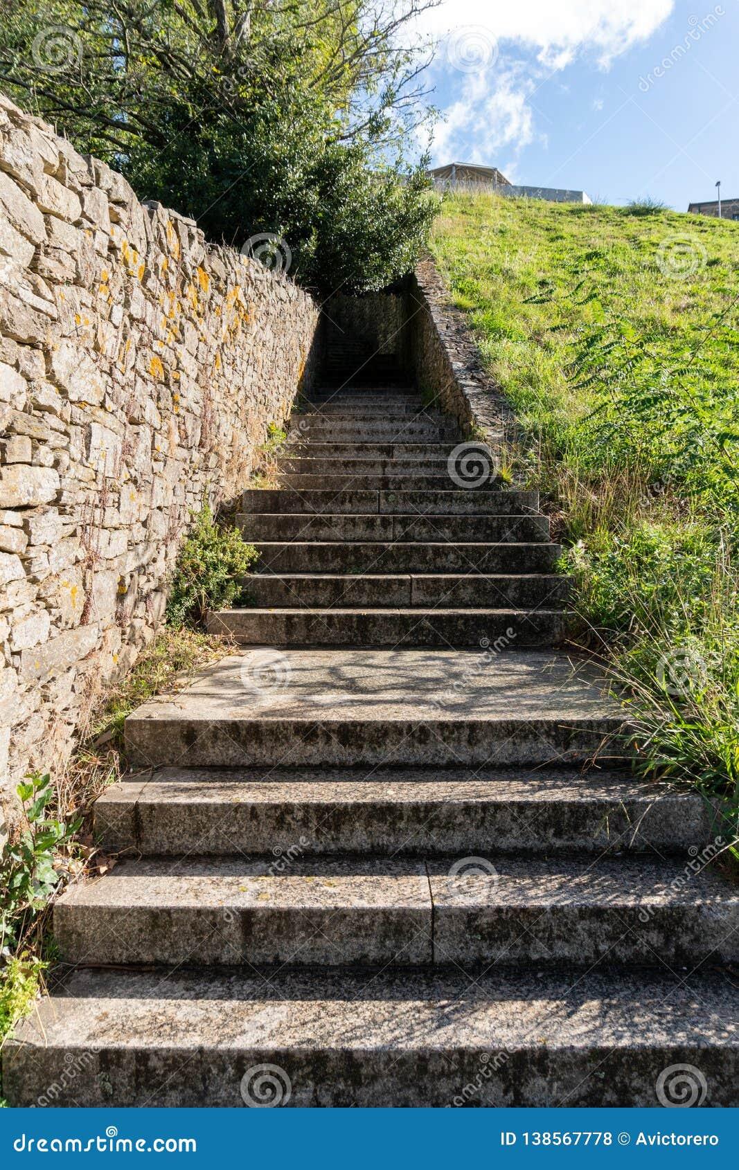 Granitstentrappan parkerar in Moment som går en lång väg upp in i en tunnel