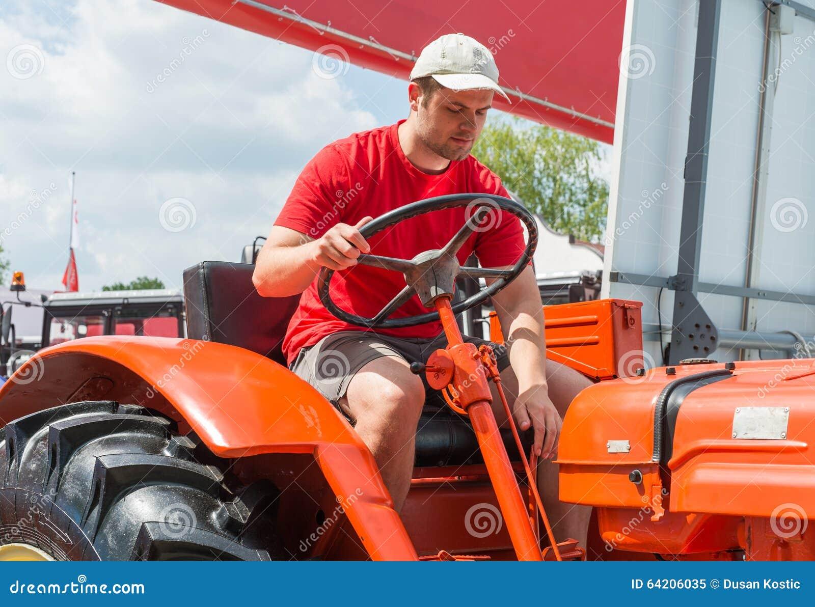 Granjero joven en tractor