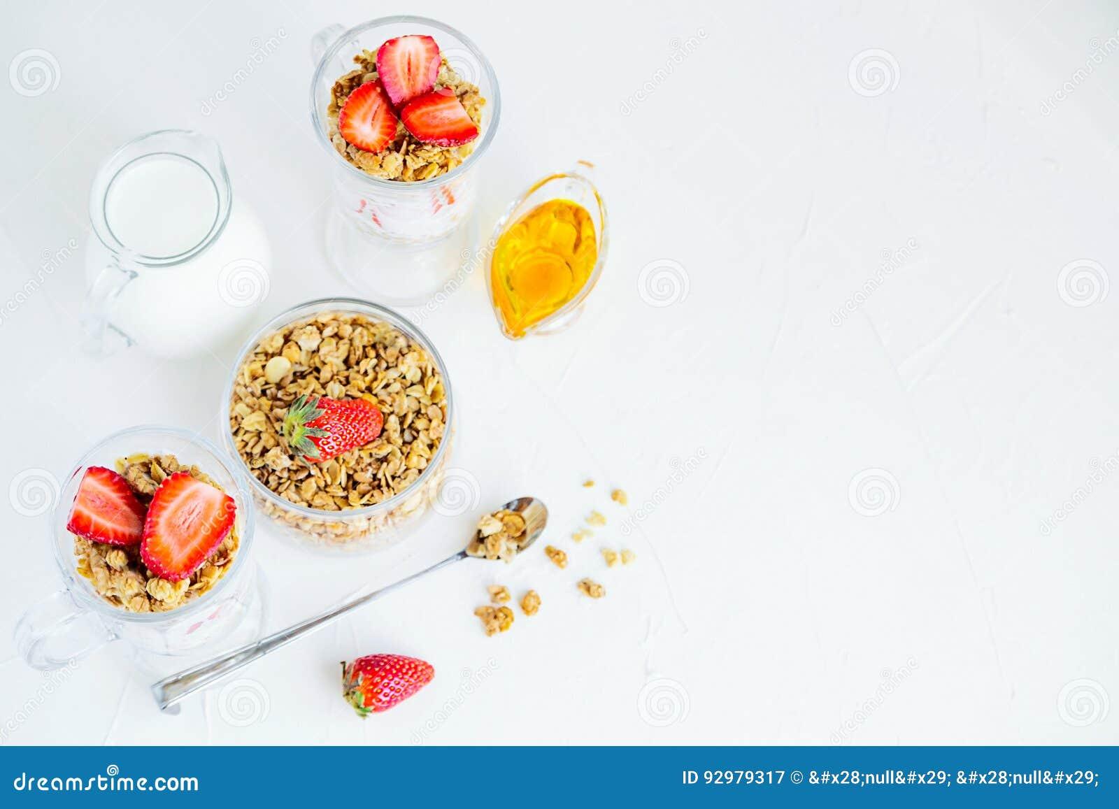 Granola avec des fraises lait et Honey Breakfast Healthy Food