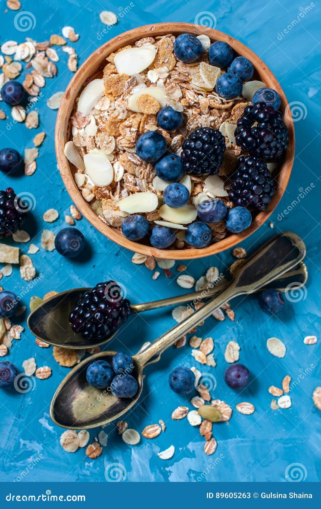 Granola avec des myrtilles et des mûres Nourriture saine