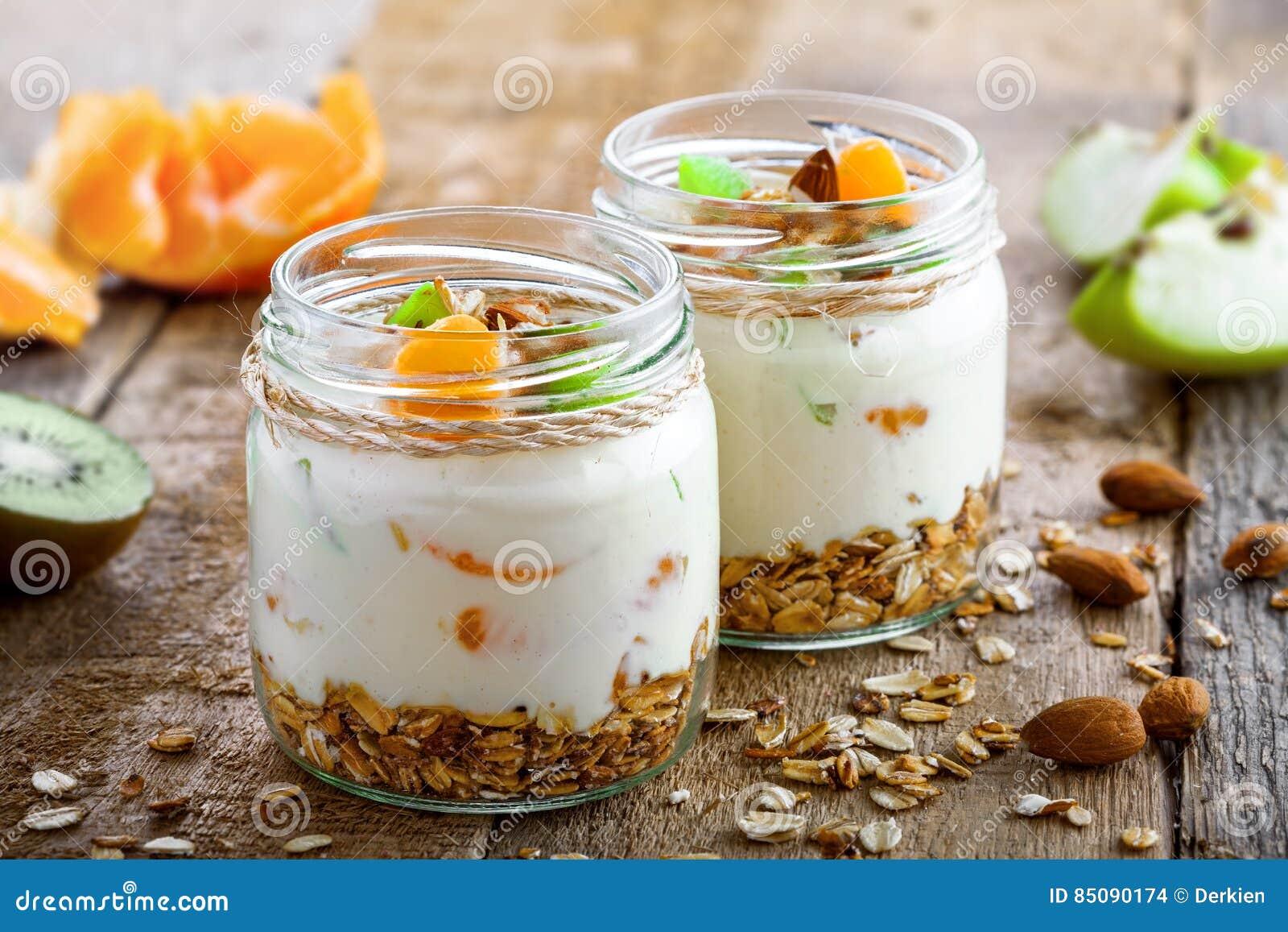 Granola com iogurte e frutos