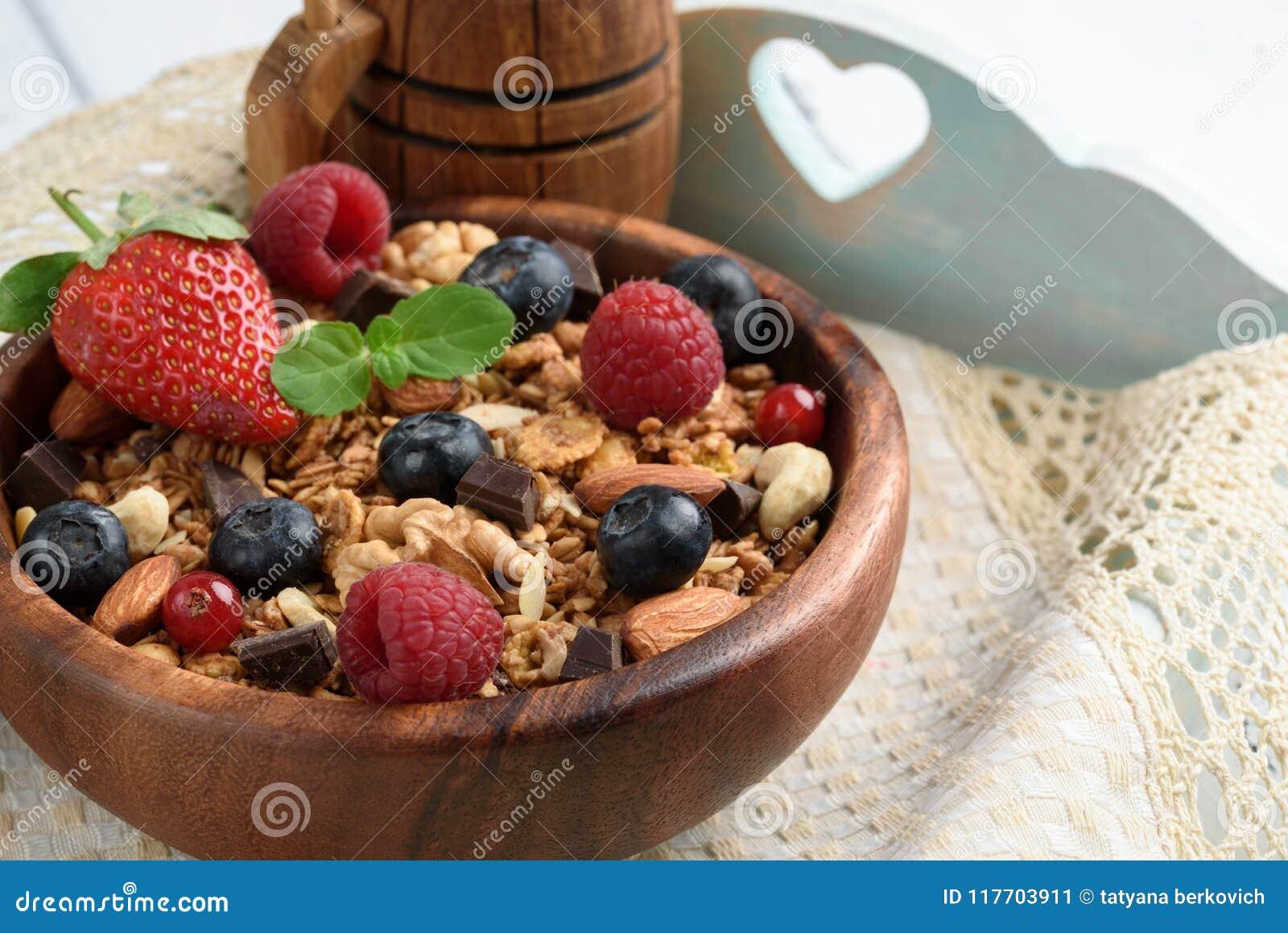 Granola con yogurt naturale, i mirtilli freschi, i dadi ed il miele,