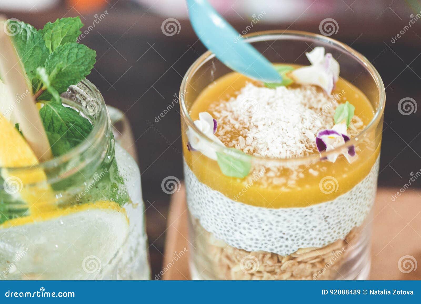 Granola d avoine de yaourt avec la mousse de mangue