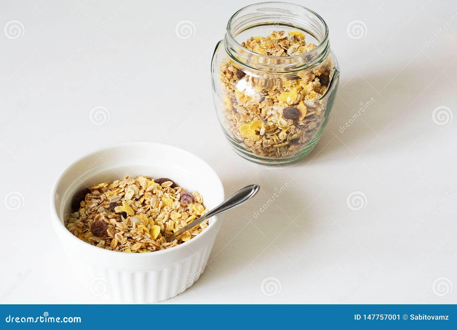 Granola fresco della prima colazione sana su un fondo bianco