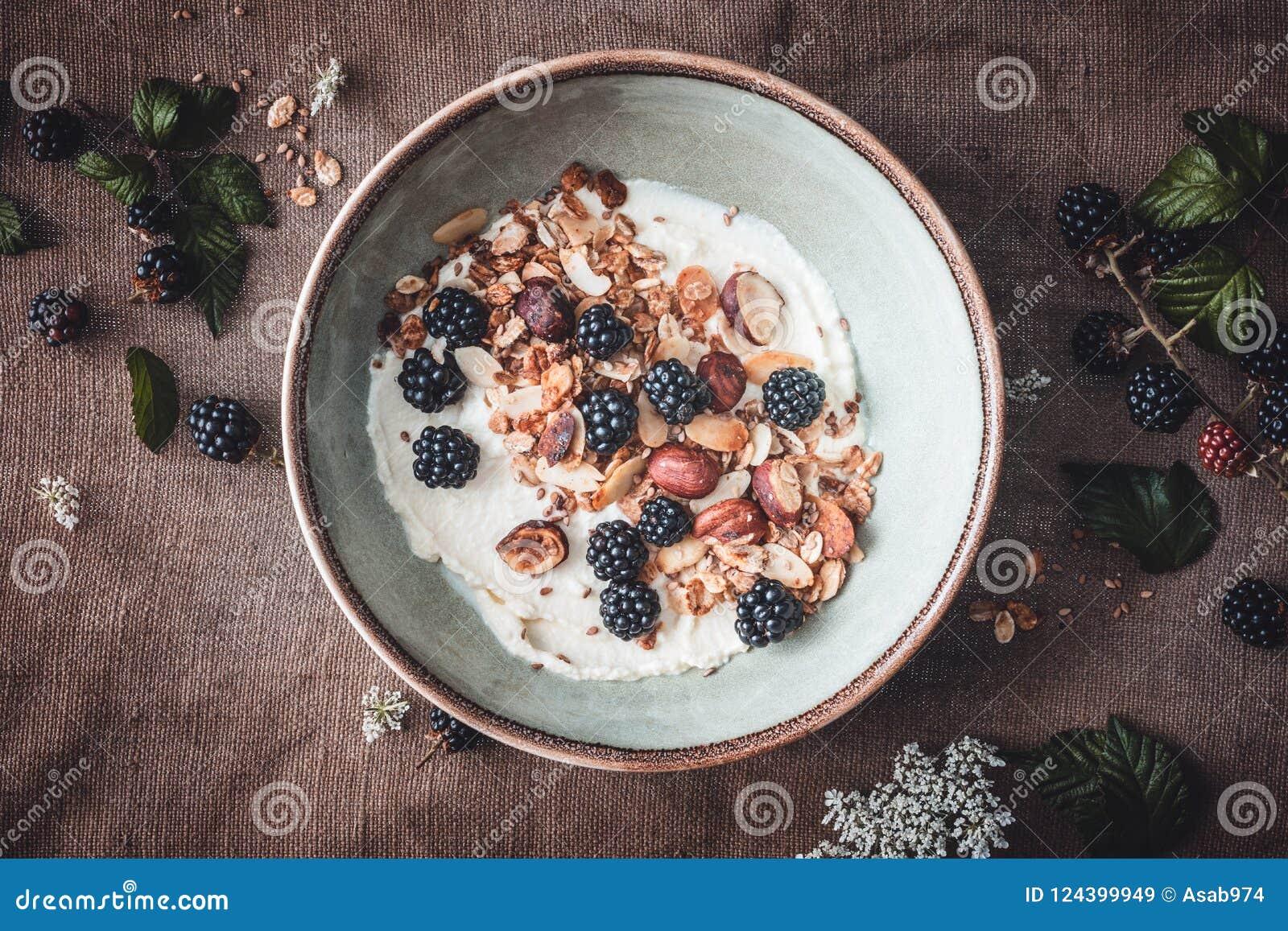 Granola libre del gluten con el yogur y las zarzamoras del coco