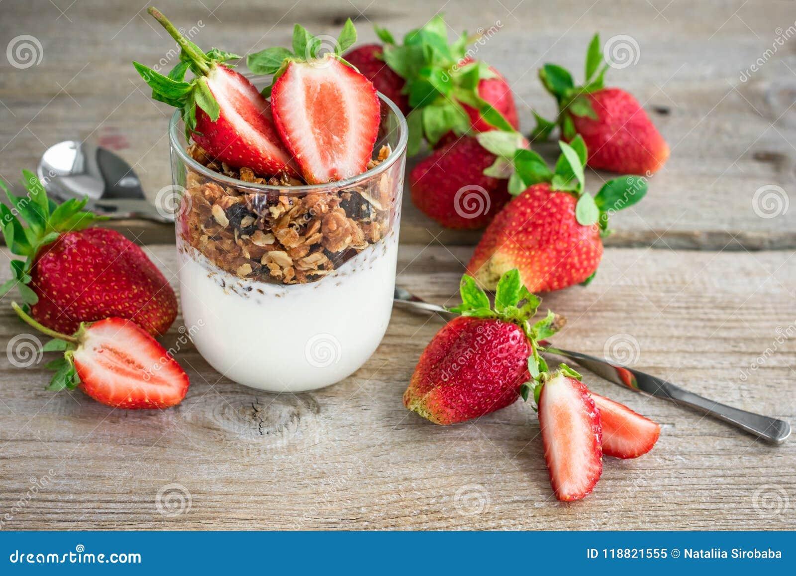 Granola med yoghurt och nya jordgubbar