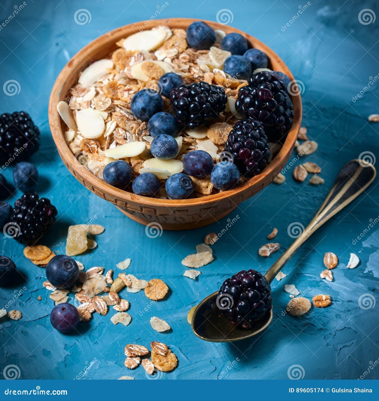 Granola met bosbessen en braambessen Gezond voedsel