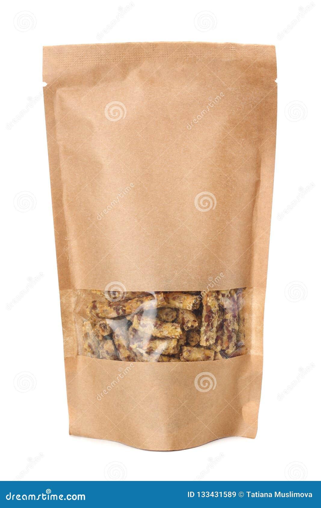 Granolafrukost i den kraft papperspåsen som isoleras på vit bakgrund Mysli sund mat stångsädesslag bantar kondition