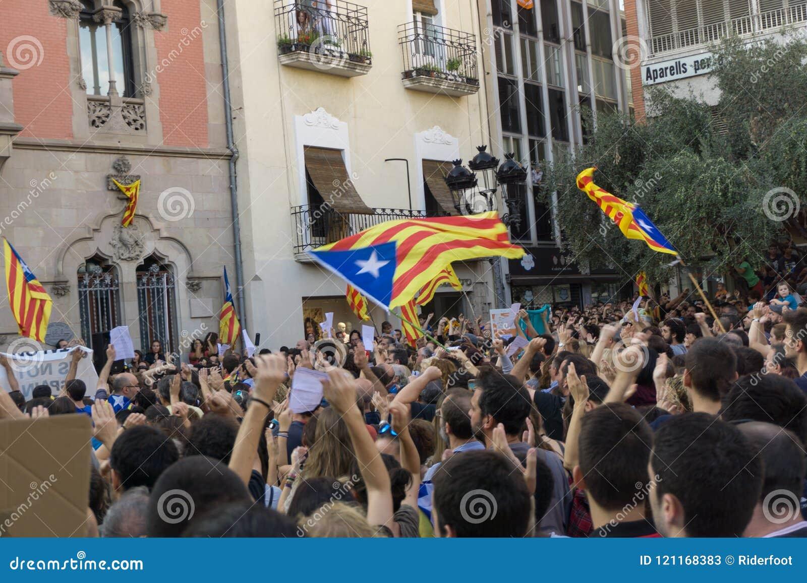 Granollers, Catalonia, Espanha, o 3 de outubro de 2017: povos paceful no protesto contra o espanhol