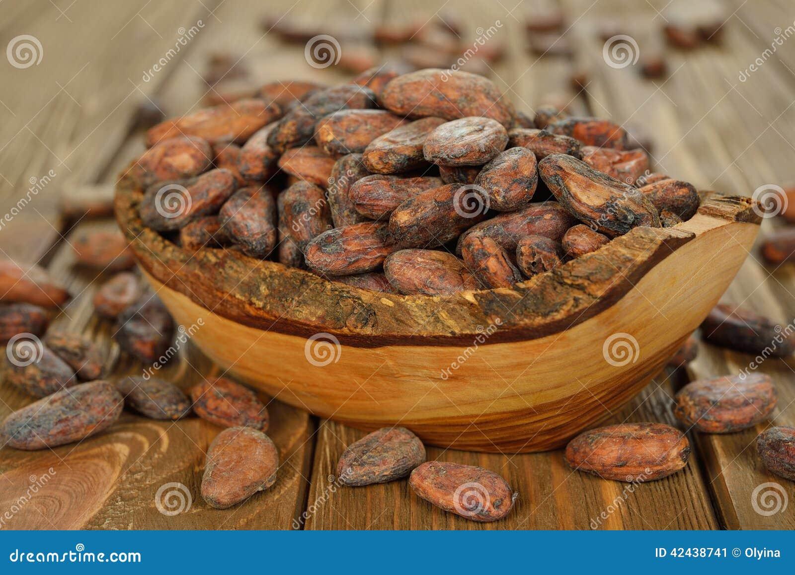 Granos de cacao en un cuenco de madera