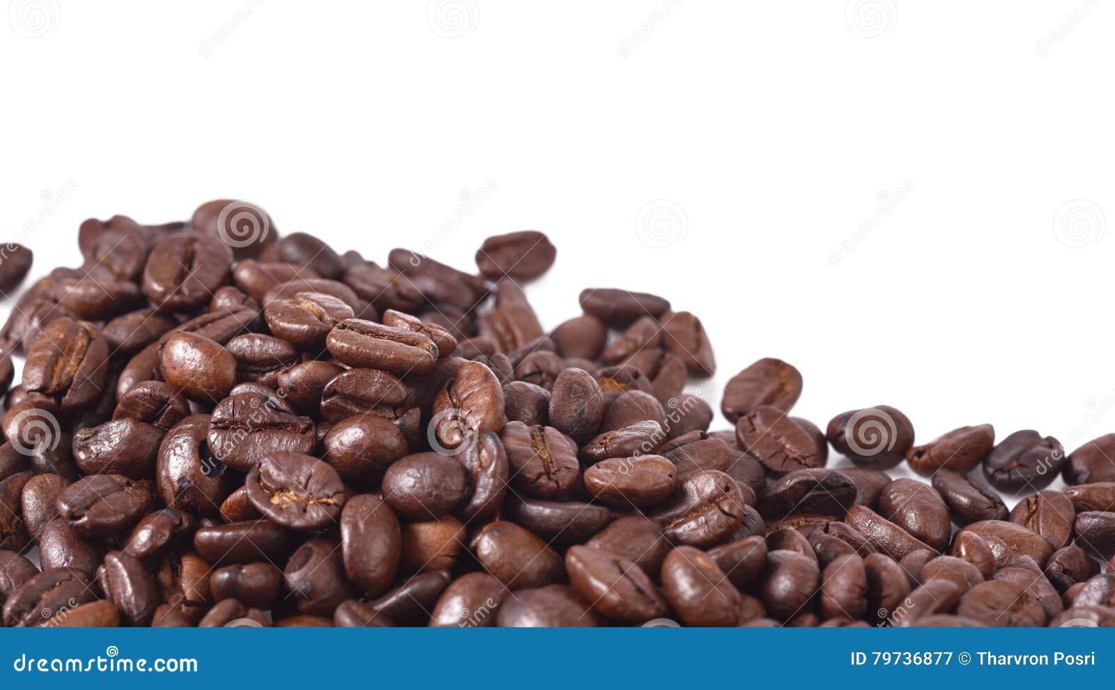 Granos de café en el fondo blanco