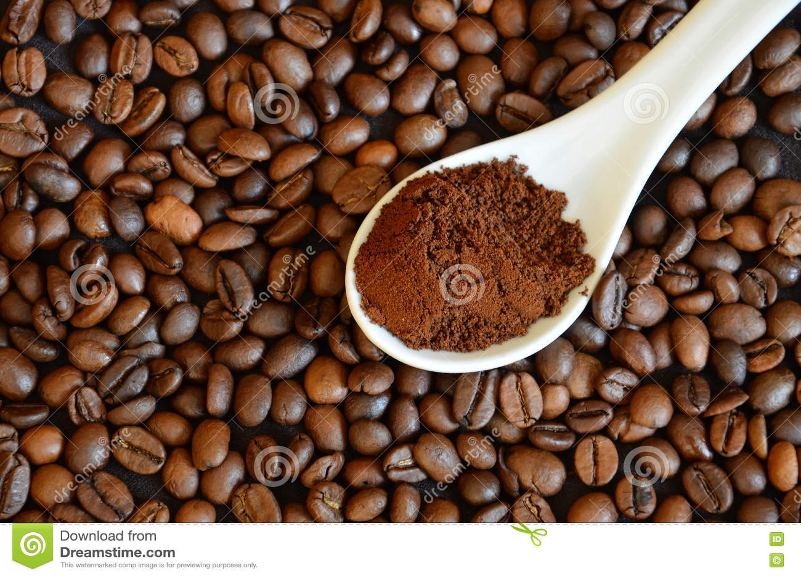 Granos de café enteros Cucharee el café molido