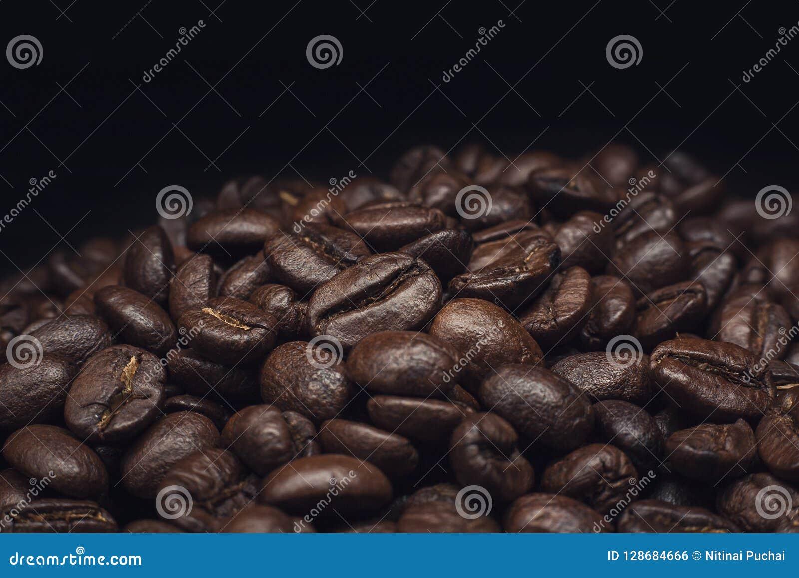 Granos de café y granos de café y pared marrón