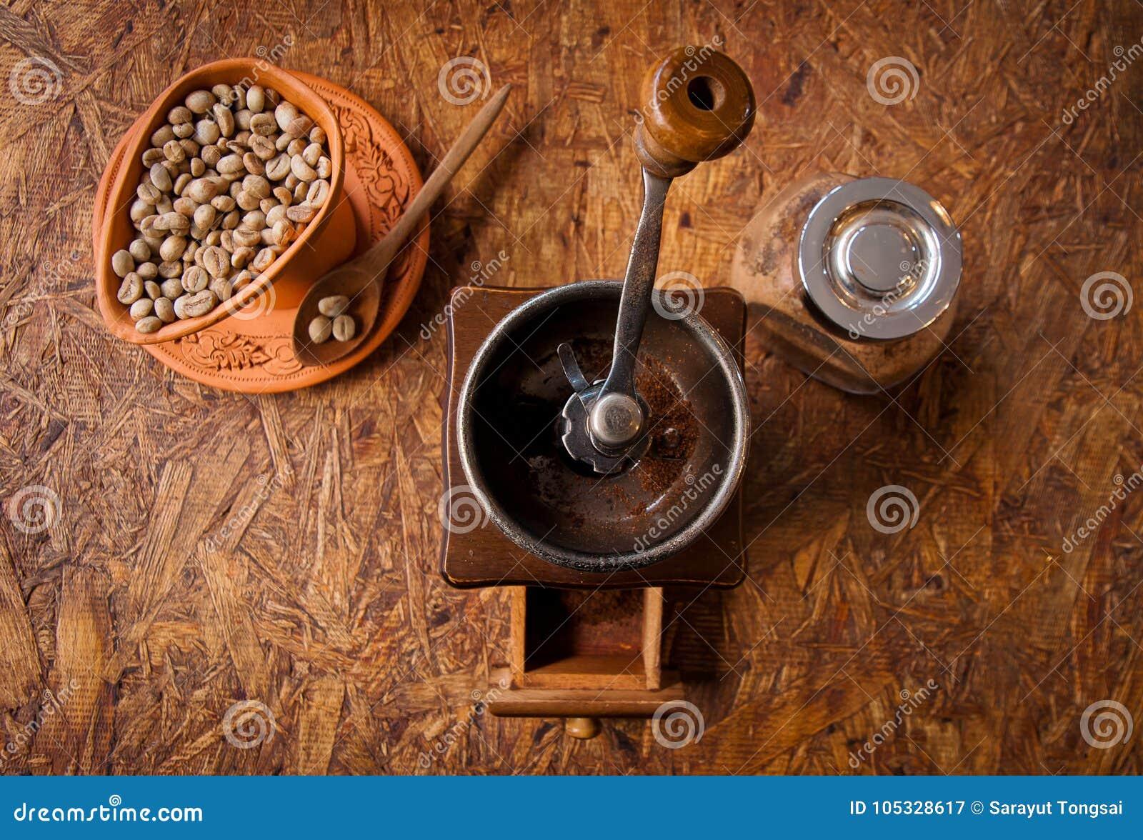 Granos retros de la amoladora y de café del viejo vintage en la opinión superior de la taza y de la cuchara