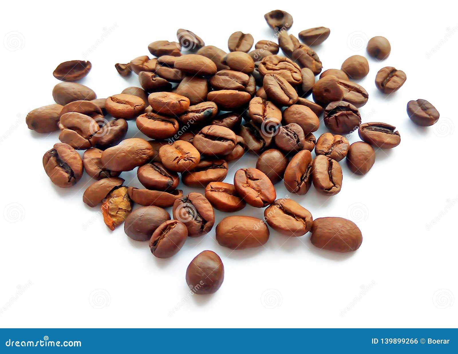 Granos y semillas marrones de café asados aislados
