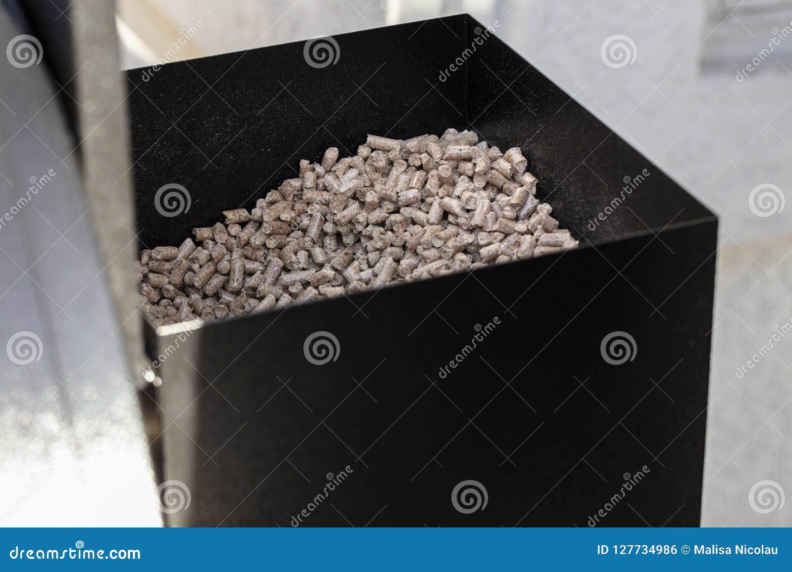 Granules en bois dans une boîte de granule de fumeur pour le barbecue