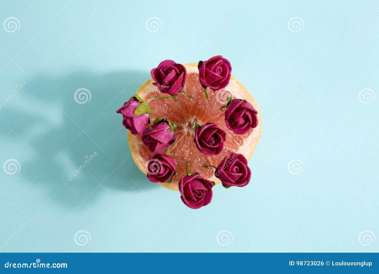 Grapefruit en rode rozen