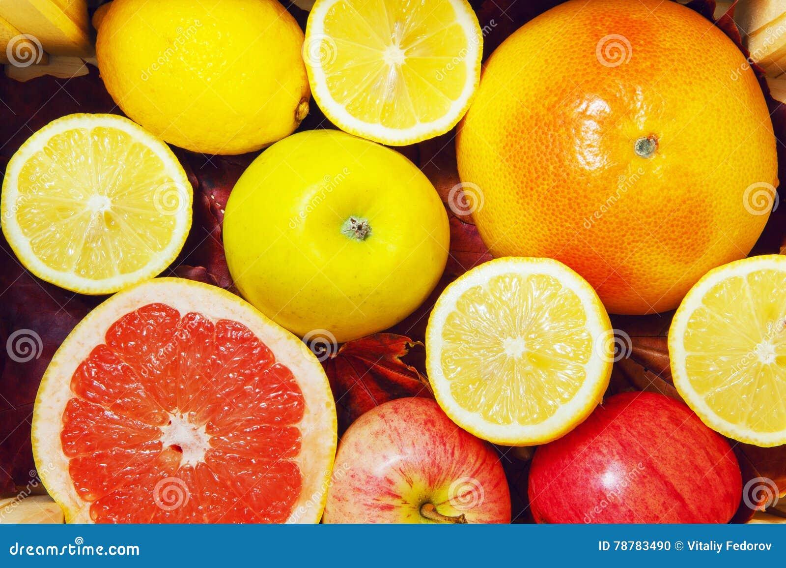 Grapefruits, cytryny, jabłka w pudełku