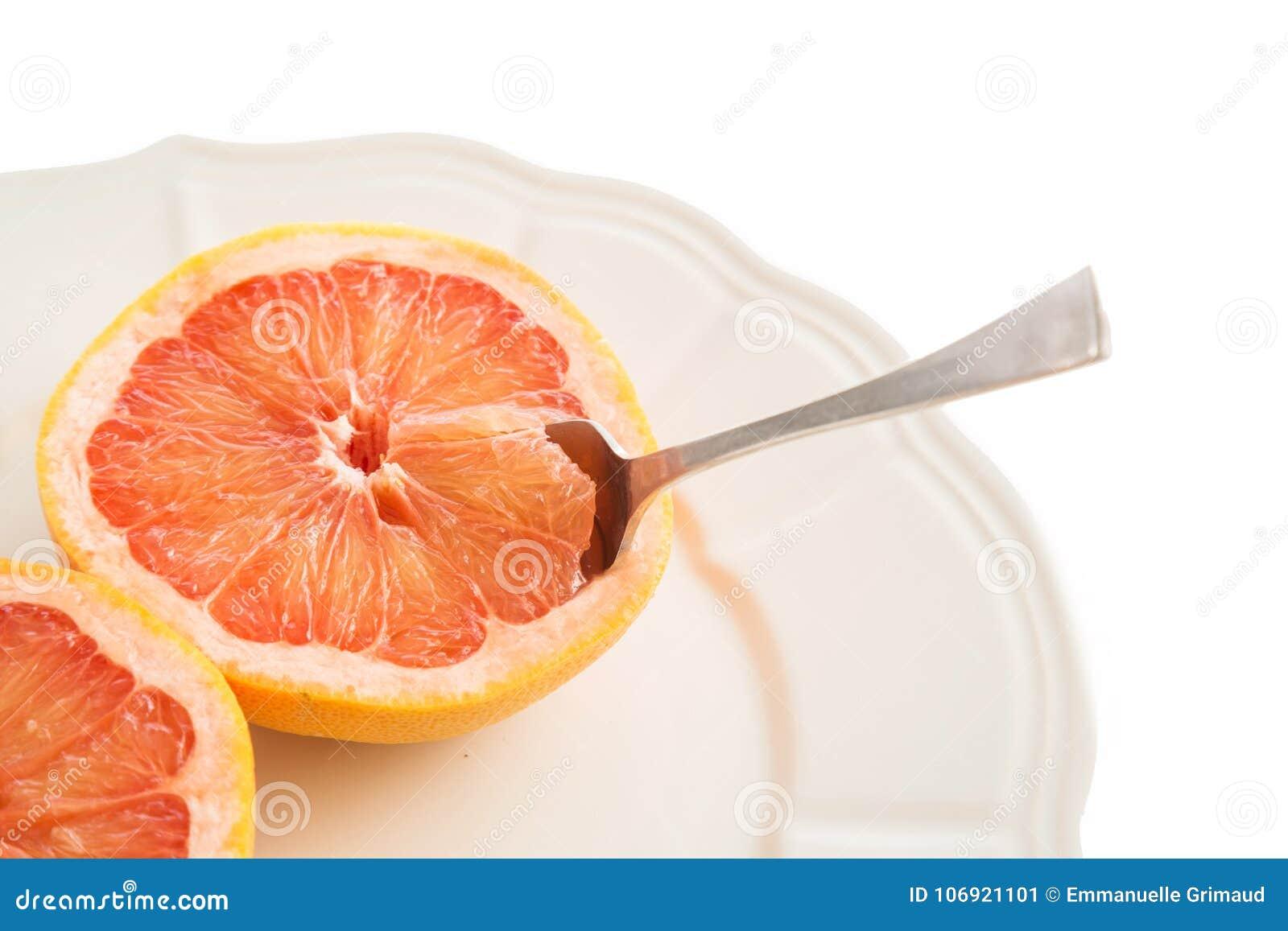 Grapefruits na talerzu z łyżką