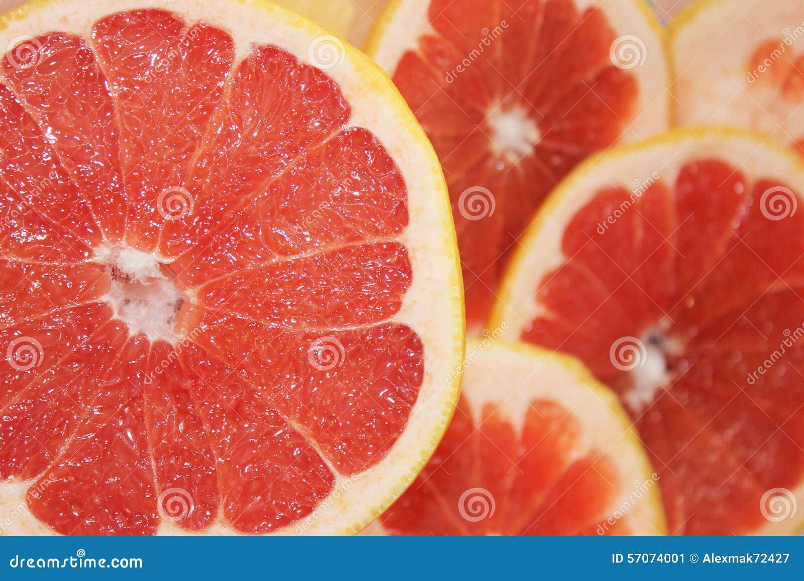 Grapefruitsrood door stukken wordt gesneden dat