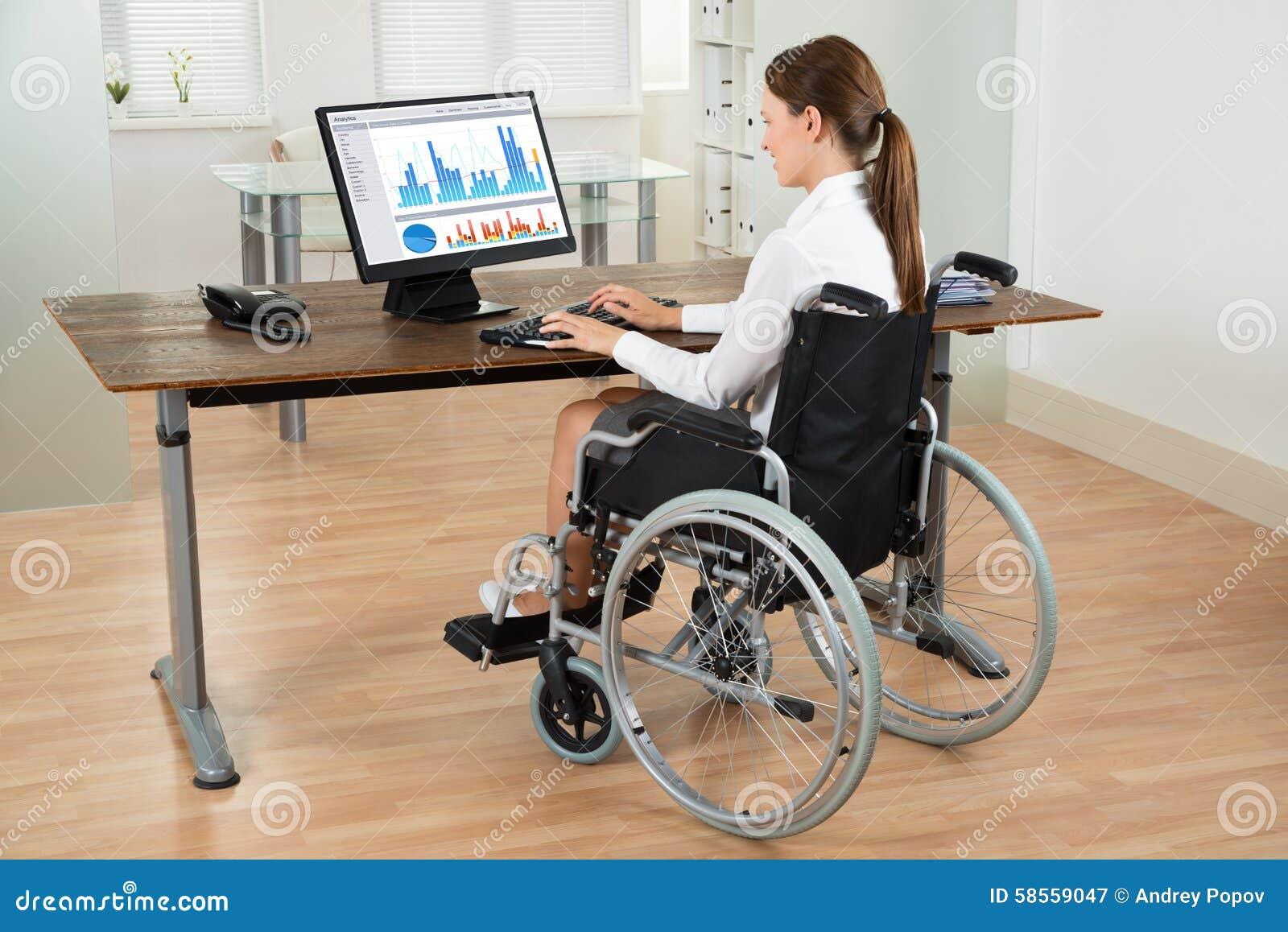 Graphique d On Wheelchair Analyzing de femme d affaires