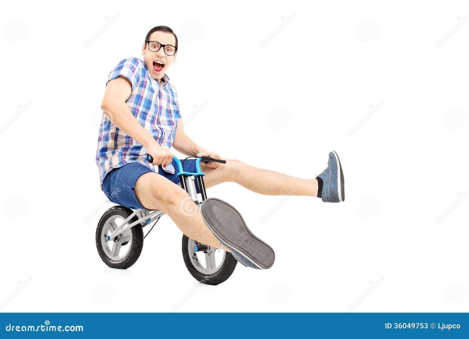 Grappig jong personenvervoer een kleine fiets