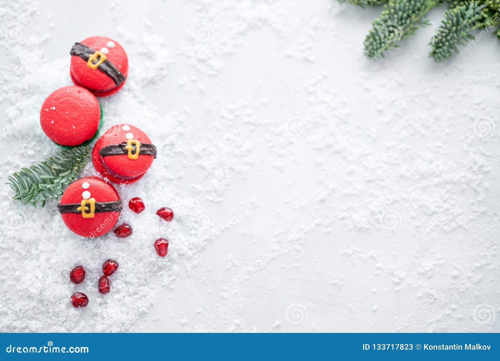 Grappig koekje in de buik van vorm rode santa op grijze die lijst met sneeuw wordt bestrooid Moderne Europese Franse keuken Kerst