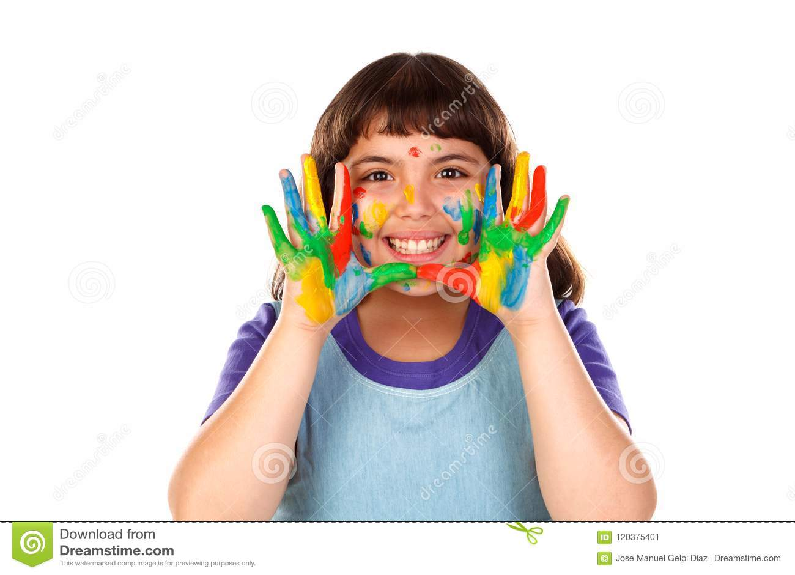 Grappig meisje met haar handen vuil van verf