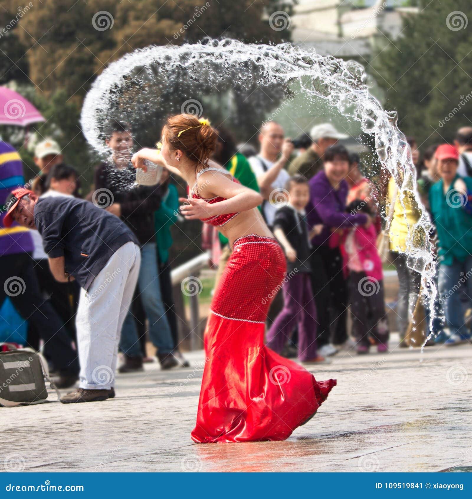 Grappig ogenblik in prestaties van Waterfestival, Peking