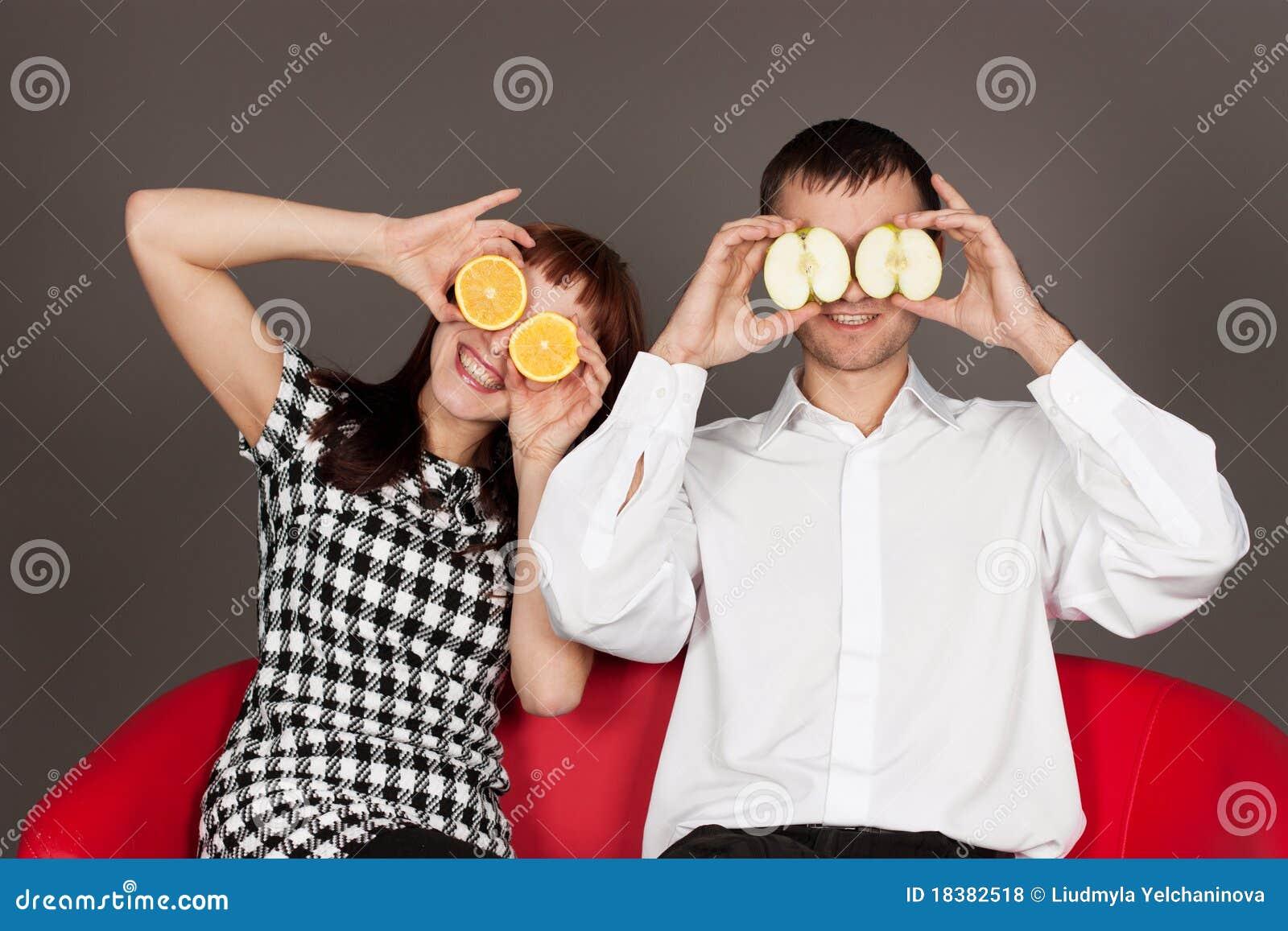 Grappig paar dat ogen met appel en sinaasappel sluit stock foto afbeelding 18382518 - Ogen grappig ...