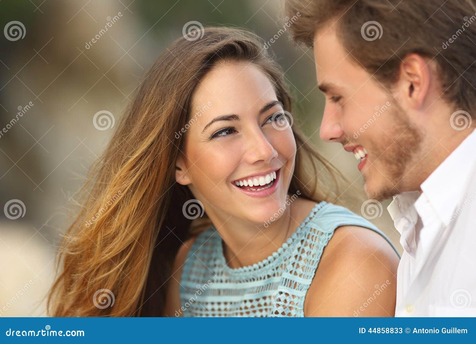 Grappig paar die met een witte perfecte glimlach lachen