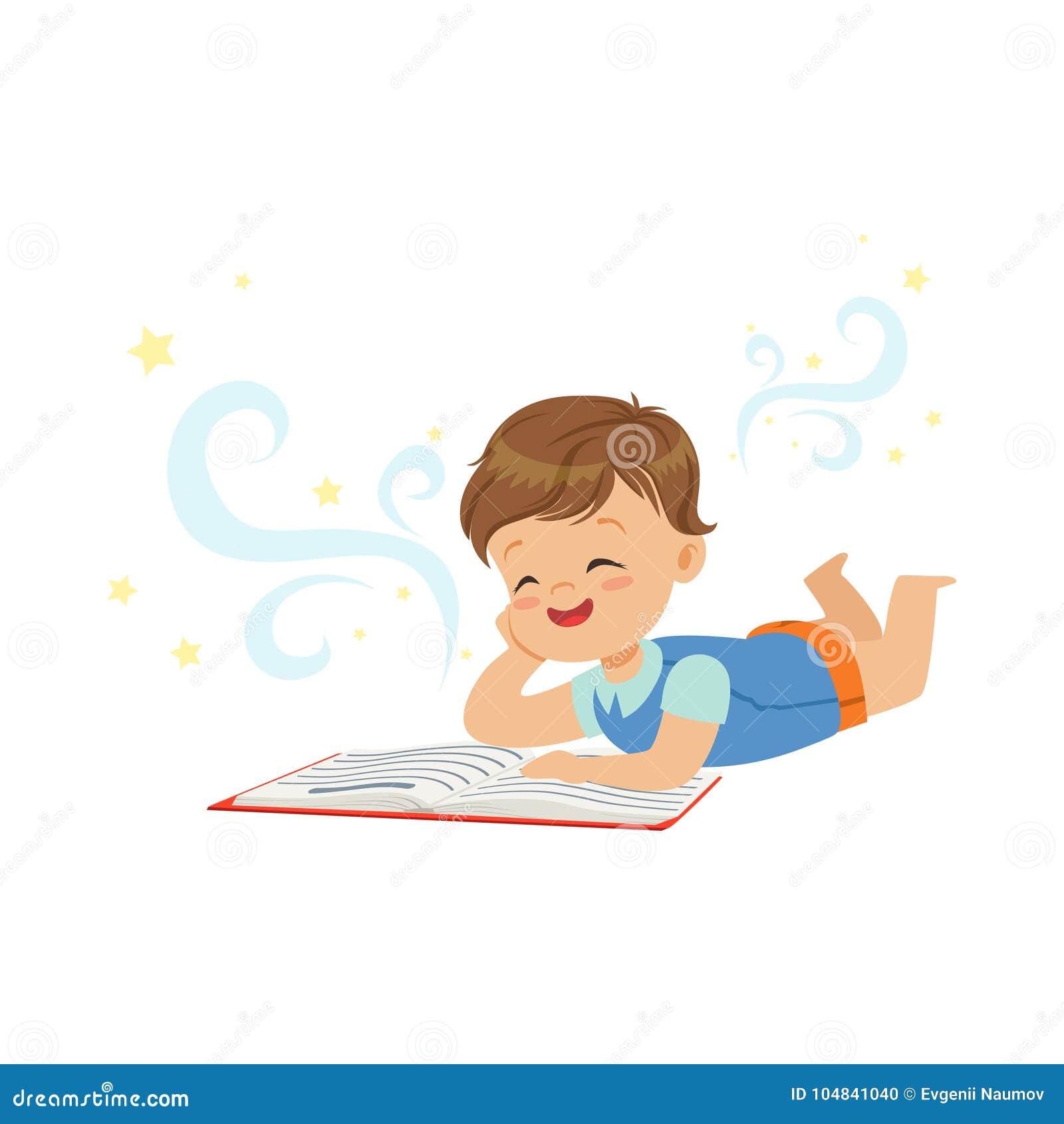 Grappig weinig jongen die en magisch boek met fantasieverhalen liggen lezen Interessant kinderjaren en verbeeldingsconcept