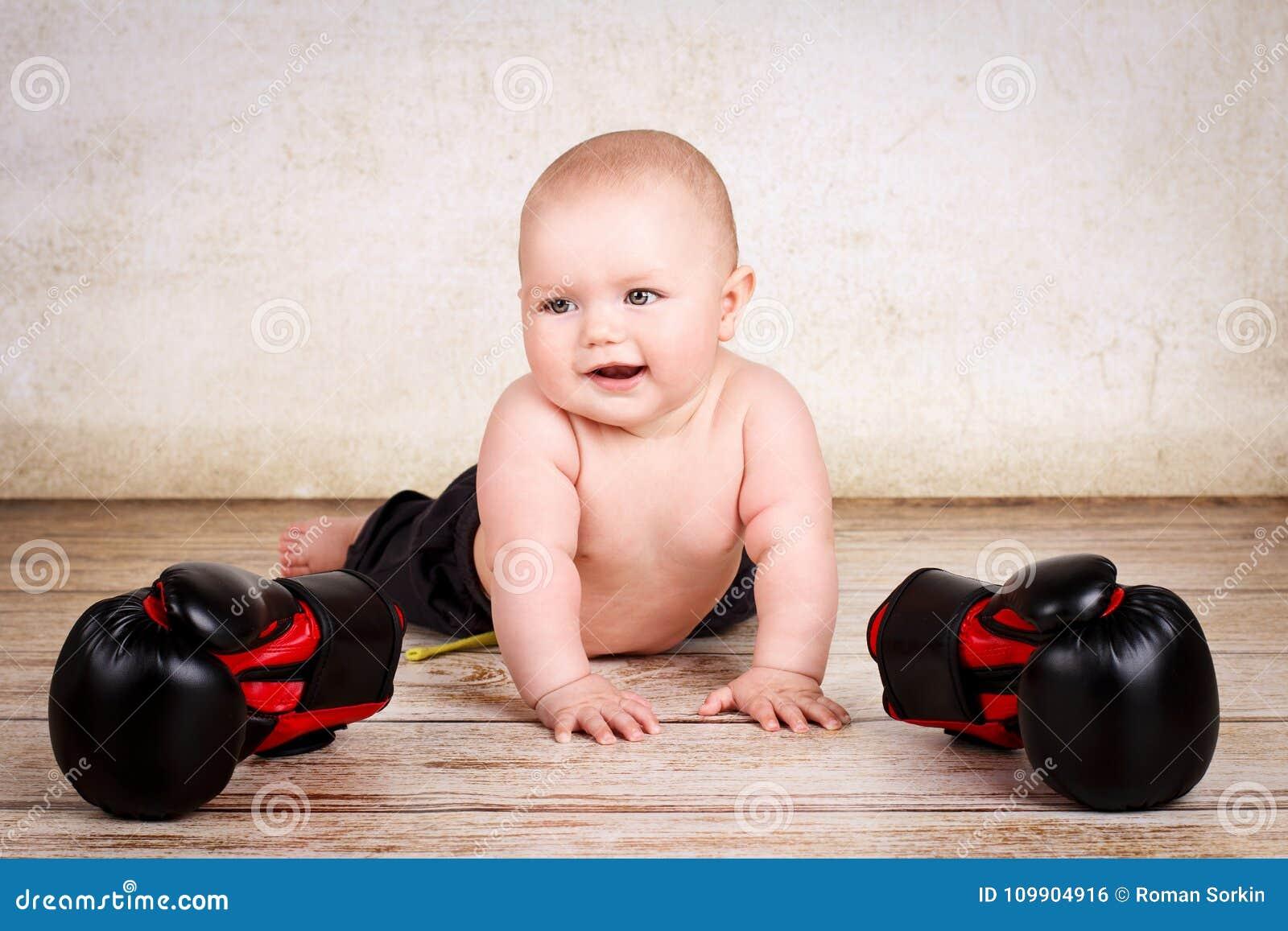 Grappige baby met bokshandschoenen