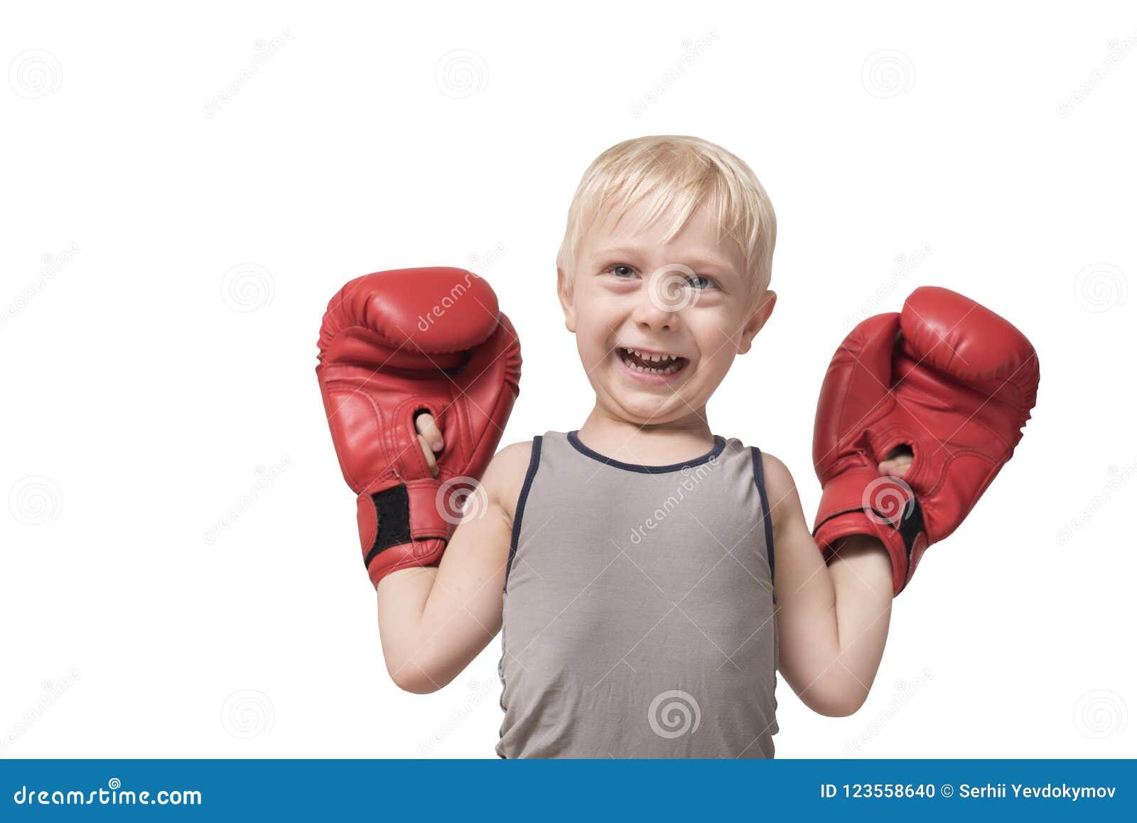 Grappige blonde jongen in rode bokshandschoenen Sportenconcept