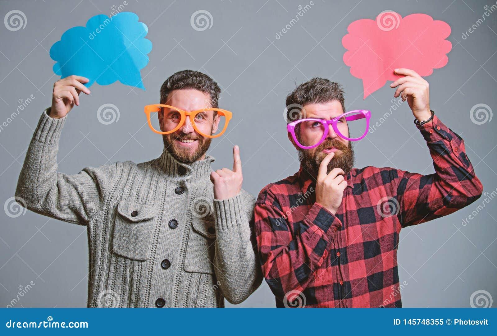 Grappige en humeurbetekenis De mensen met baard en snor rijpen de grappige oogglazen van de hipsterslijtage Verklaar humeurconcep